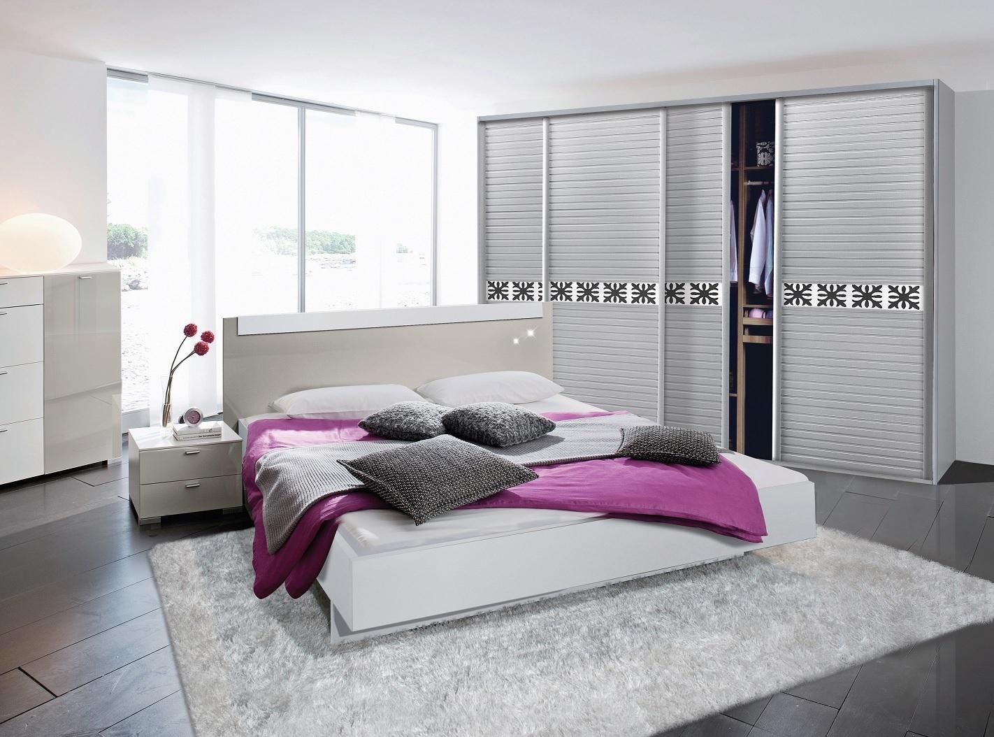 הדמיית חדר שינה עם ארון הזזה חצי פתוח