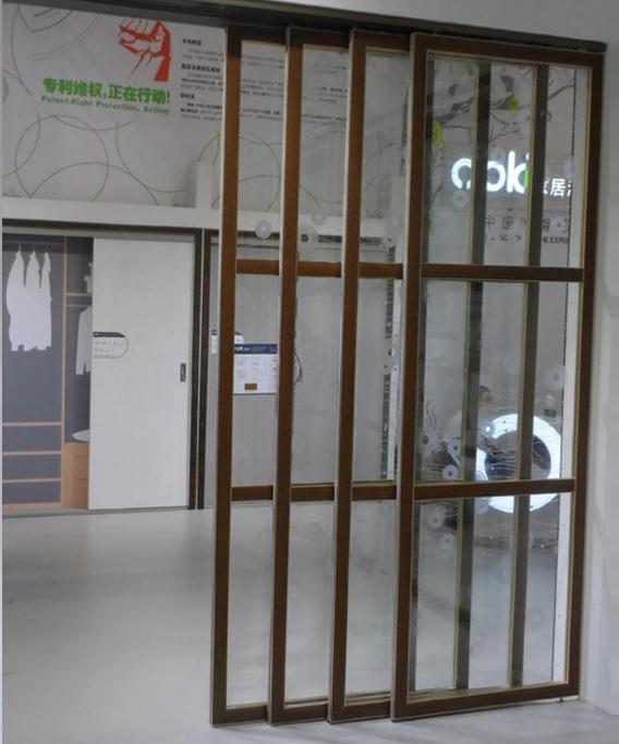דלת מתכנסת שקופה חצי פתוחה