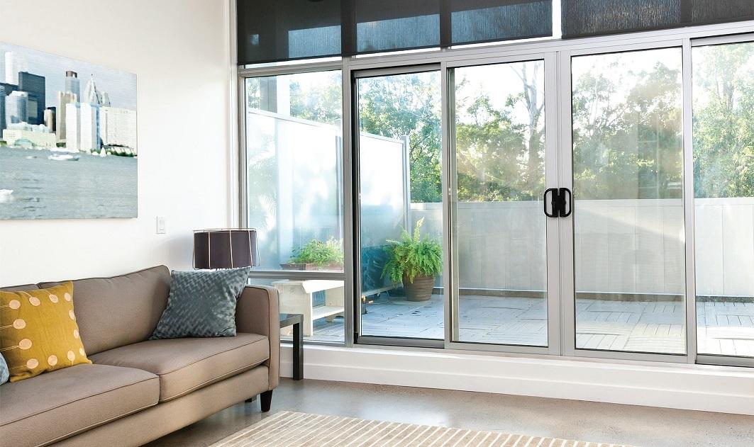 הדמיית סלון עם דלת מרפסת הזזה שקופה גדולה